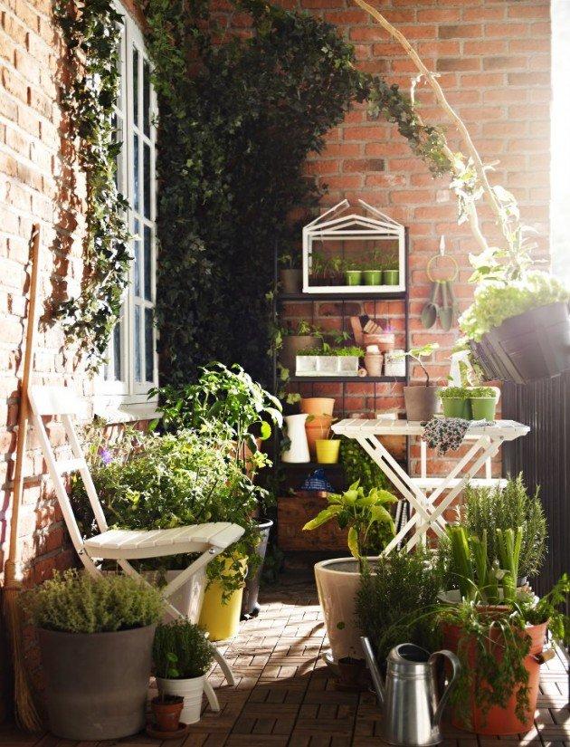 Όμορφο μπαλκόνι με πολλά φυτά.