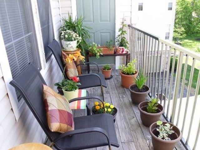 Μπαλκόνι με γλάστρες και φυτά.