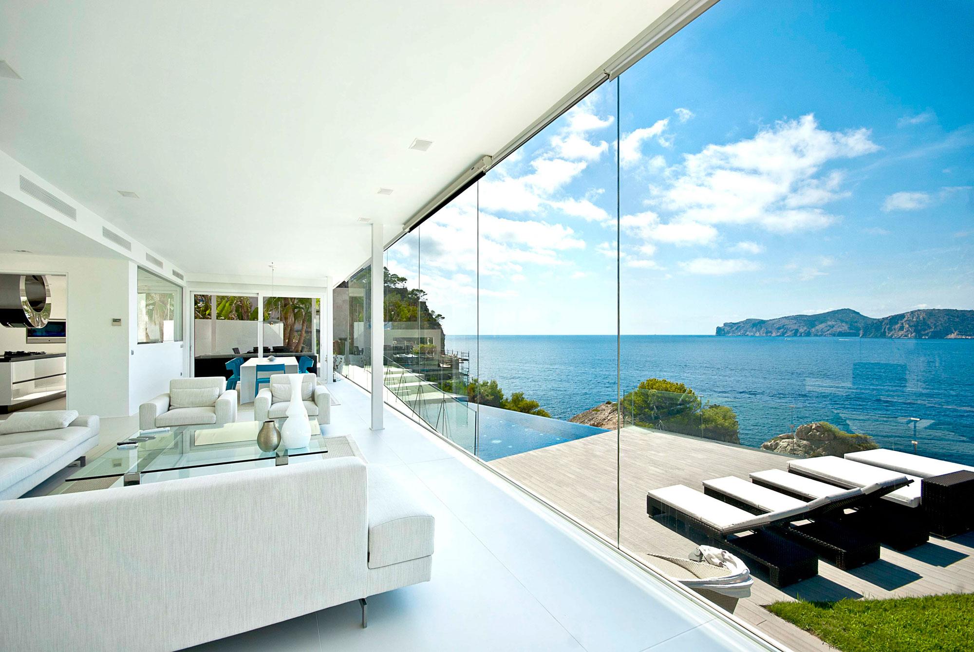 Λευκό σαλόνι με θέα την θάλασσα.