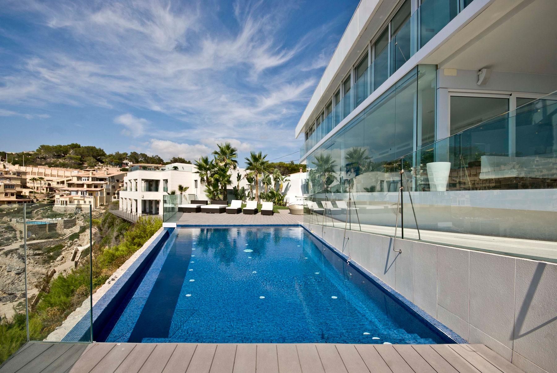 Γυάλινη βίλα στη Μαγιόρκα με πισίνα.