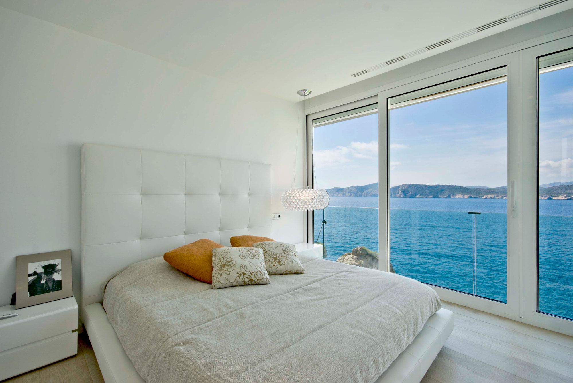 Λευκή κρεβατοκάμαρα με θέα την θάλασσα.