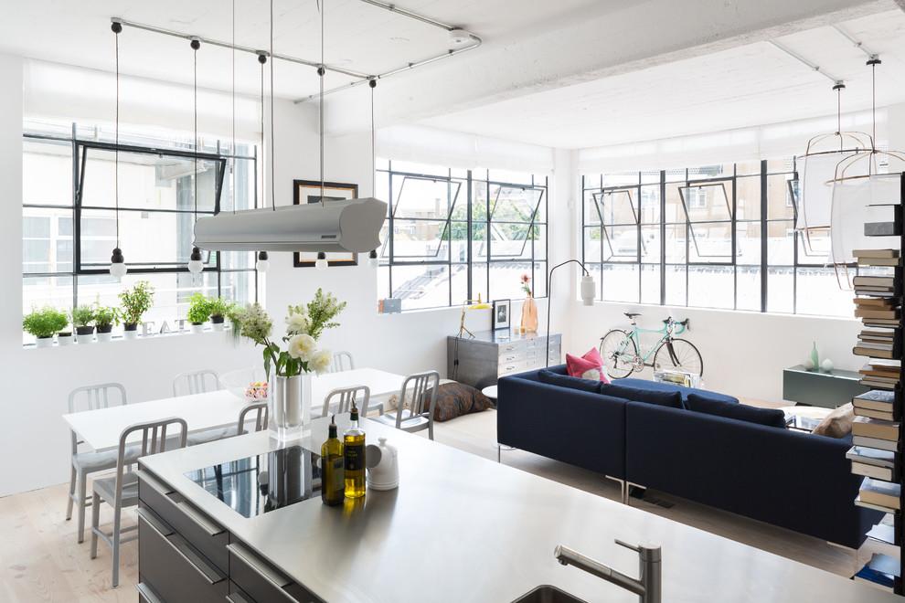 Industrial διαμέρισμα με ενιαίο χώρο καθιστικού, τραπεζαρίας και κουζίνας,