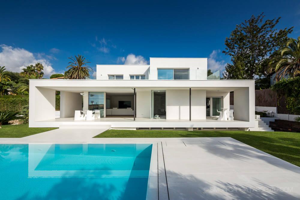 Λευκό και μοντέρνο μεσογειακό σπίτι στην Ισπανία.