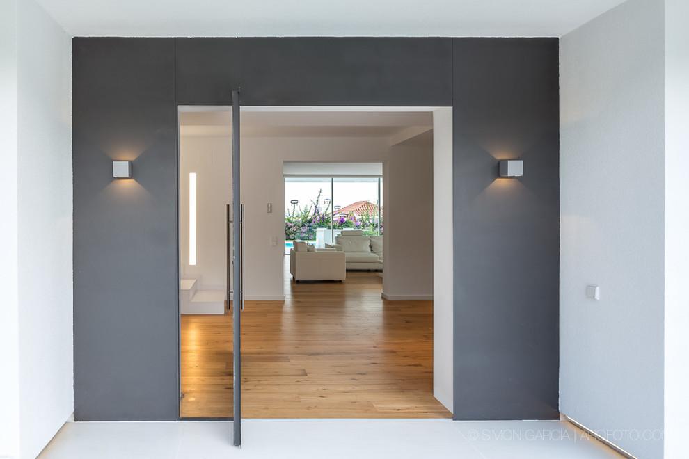 Η είσοδος από το μοντέρνο μεσογειακό σπίτι στην Ισπανία.
