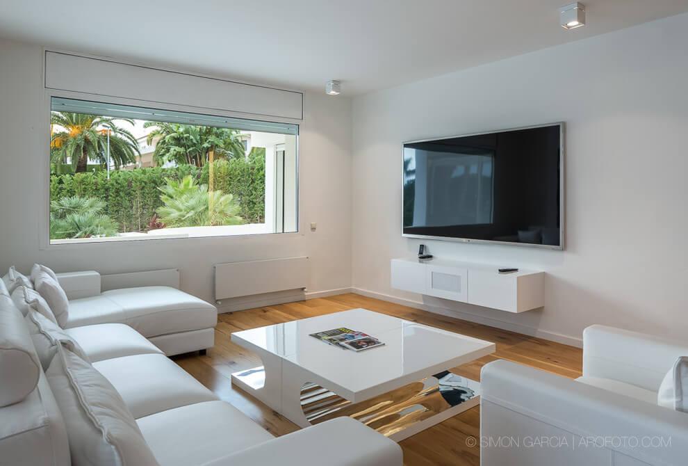 Λευκό σαλόνι με εντοιχισμένη τηλεόραση.