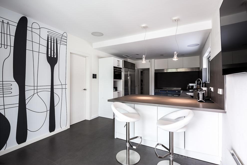 Κουζίνα με ασπρόμαυρες χρωματικές πινελιές.