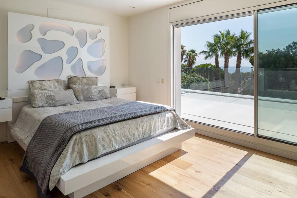Υπνοδωμάτιο με ξύλινο δάπεδο.