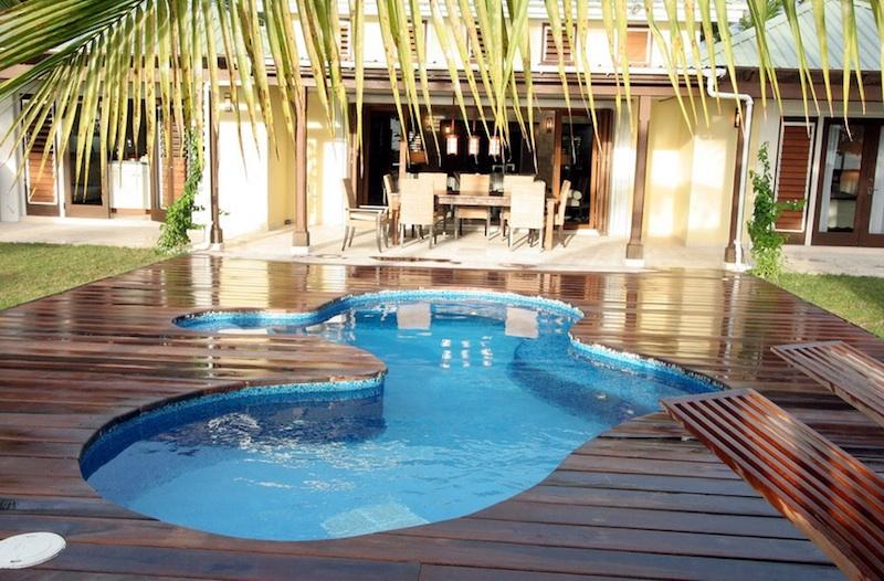 Πισίνα με ξύλινο δάπεδο.