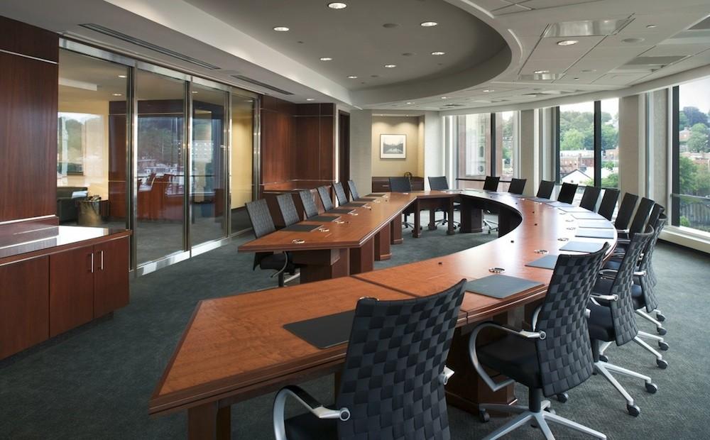 Γραφείο με ξύλινες και μαύρες πινελιές.