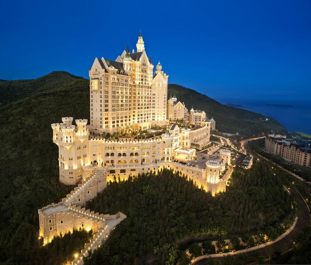 Ένα ξενοδοχείο χτισμένο ως κάστρο στην Κίνα ειναι εδω για να σας εντυπωσιάσει.