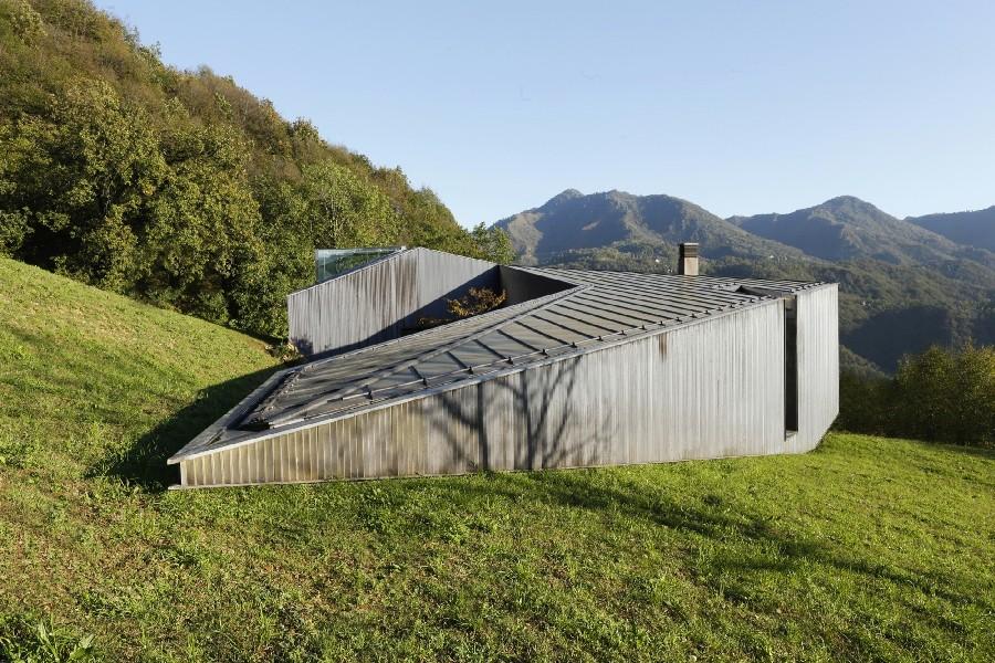 Μινιμαλιστική Βίλα στις Ιταλικές Άλπεις με μοντέρνα αρχιτεκτονική.